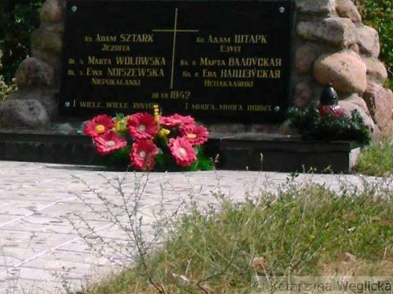 """Góra Pietralewicka – """" …i wiele wiele innych"""". Tymi słowami kończy się napis na pomniku ofiar terroru niemieckiego z czasów II wojny światowej wzniesiony w miejscu ich kaźni koło Słonimia"""