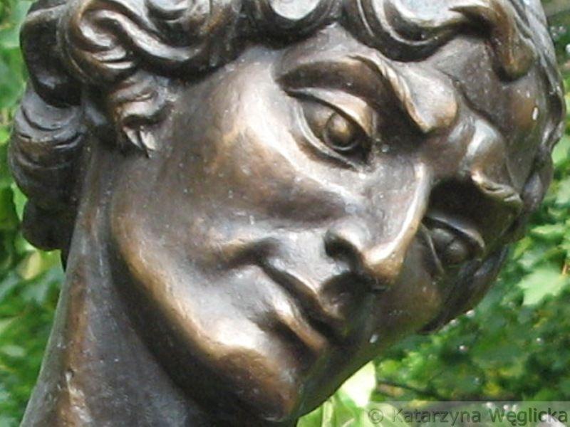 """Witebsk – pomnik """"Skrzypce Chagalla"""", autorstwa Walerija Moguczego, znajduje się w ogrodzie otaczającym dom przy ulicy Pokrowskiej, w którym w 1887 roku urodził się Mojsze Zacharowicz Szagałow"""
