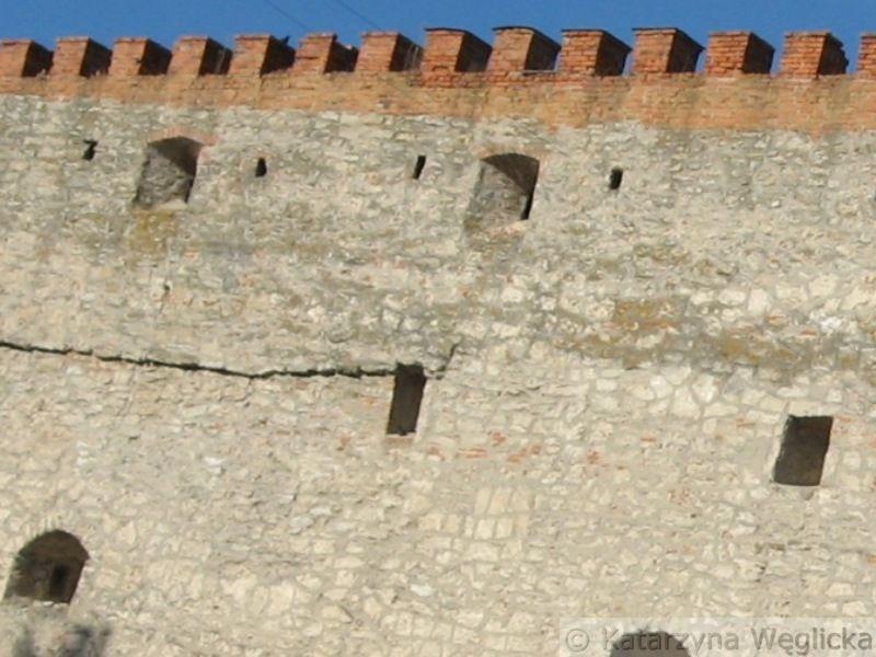 Międzybóż – zamek Koriatowiczów z połowy XIV wieku, później został rozbudowany przez hetmana wielkiego koronnego Mikołaja Sieniawskiego, który otrzymał warownię od Zygmunta I Starego